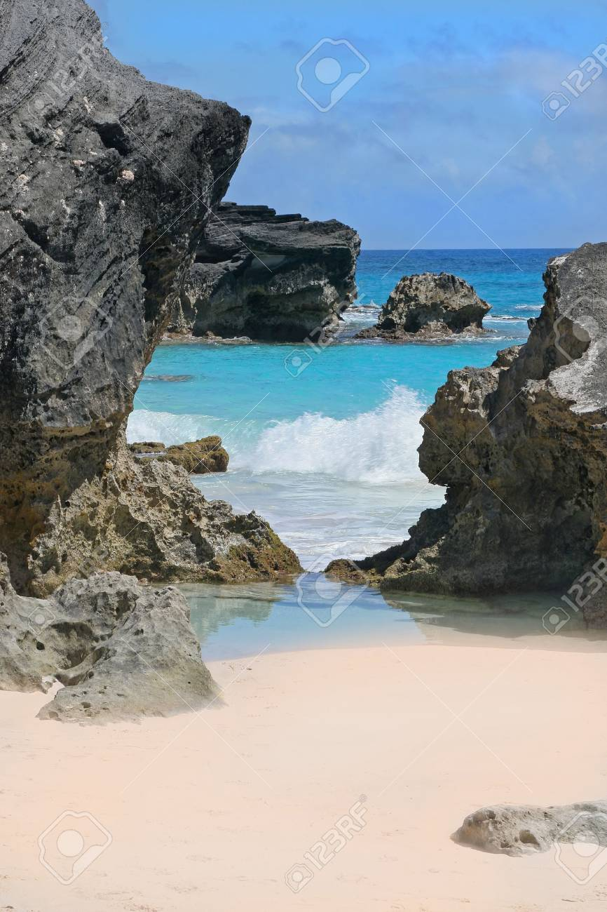 A secluded pink beach and turquoise ocean on the shoreline of Bermuda. - 3279777