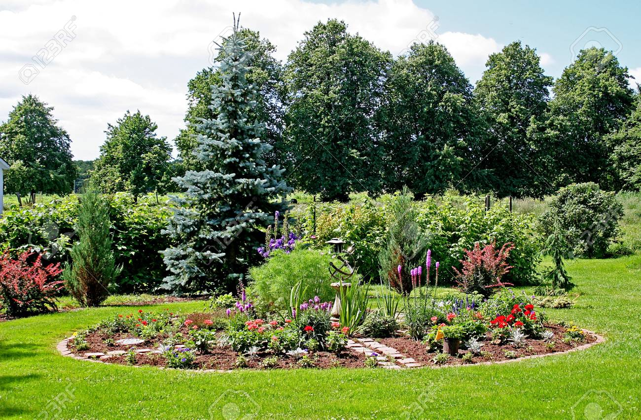A little summer garden in the country. - 3327240
