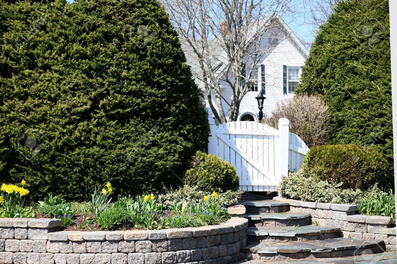 Houten Hekwerk Tuin : Een houten hek tuin in een residentiële spring garden royalty