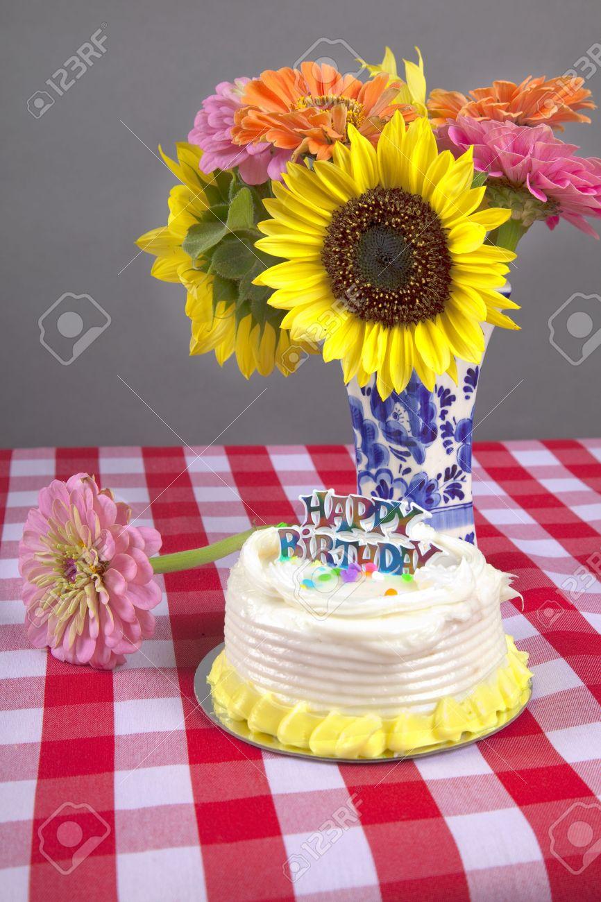 un ajuste de cumpleaos rstico con flores pastel y gingham mantel foto de archivo