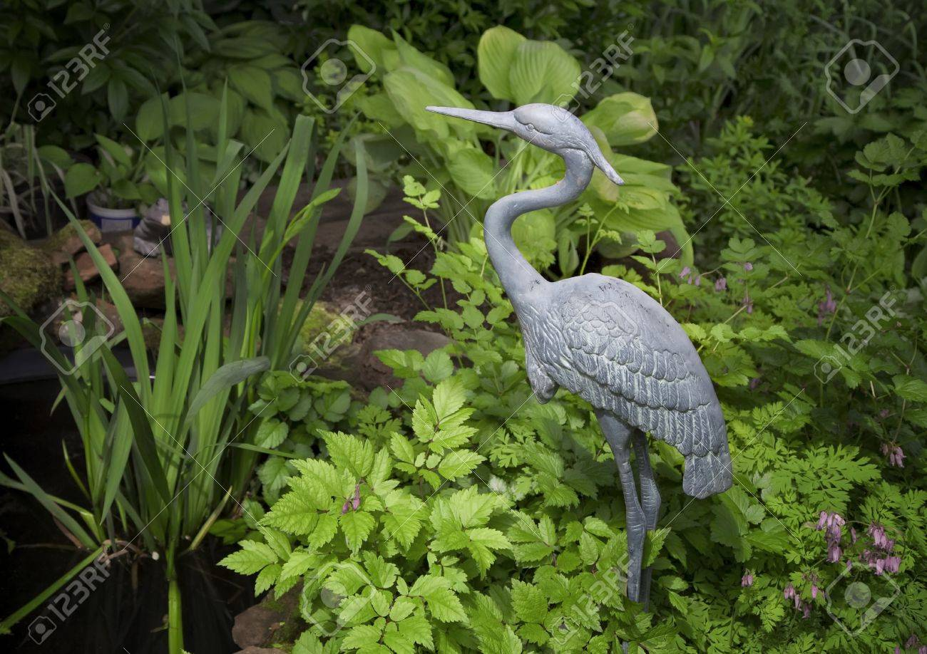 Charmant An Ornamental Garden Statue Of A Blue Heron Or A Crane Or A Stork In A