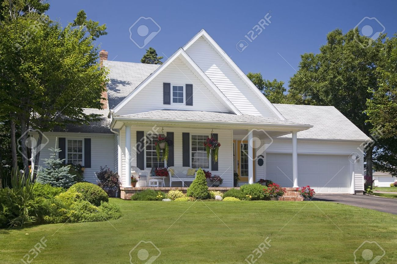 Lovely new family home in the suburbs. Stock Photo - 11867269