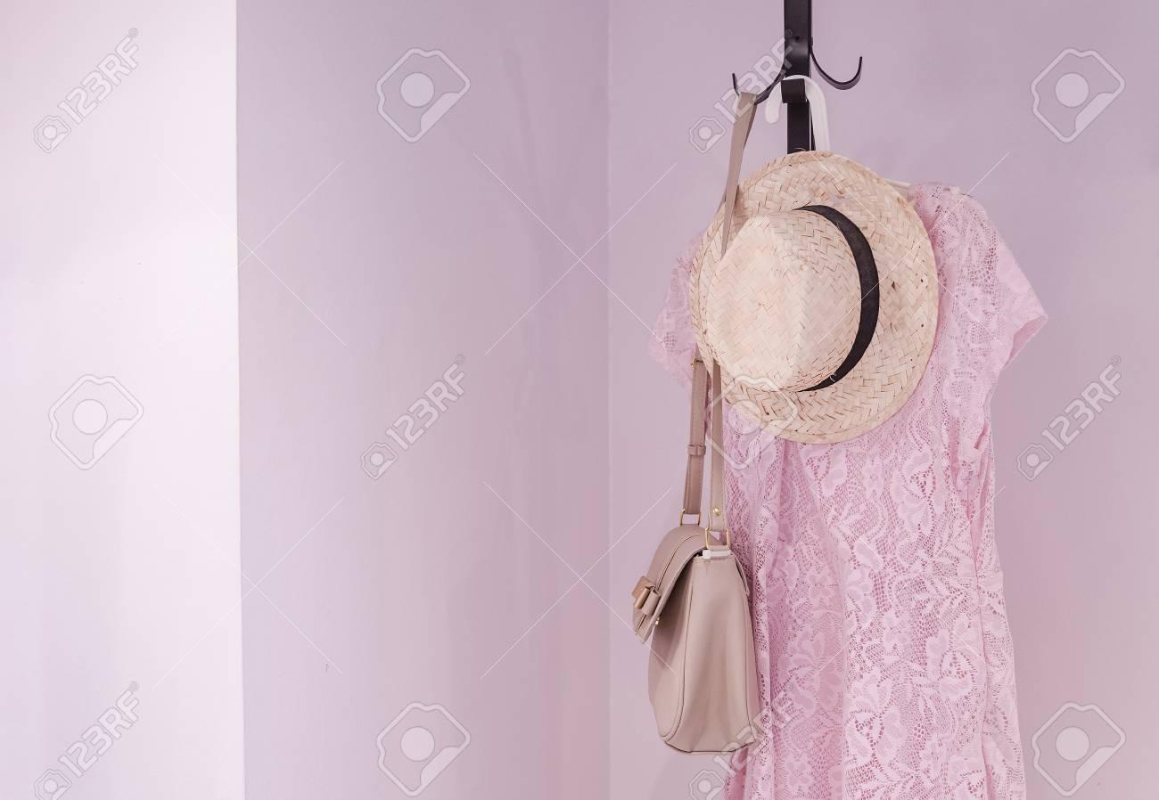 Porte Manteau Avec Accessoires Féminins Dans La Chambre Design D