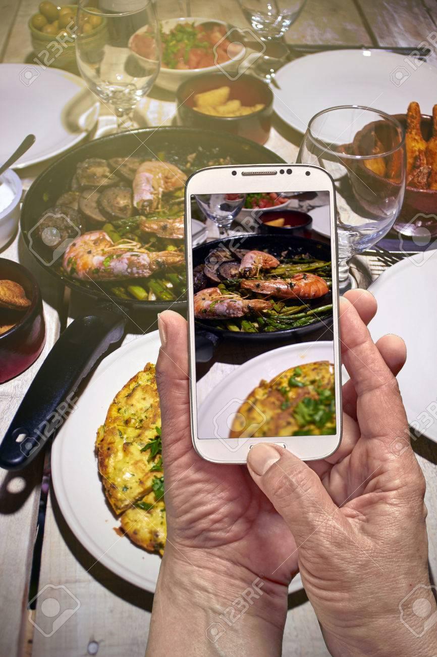 Spanisch Tisch Mit Garnelen Und Tortilla Handy Schießen Lizenzfreie