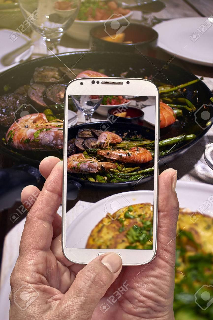 Spanisch Tisch Mit Garnelen Und Tortilla Handy Photo Großansicht
