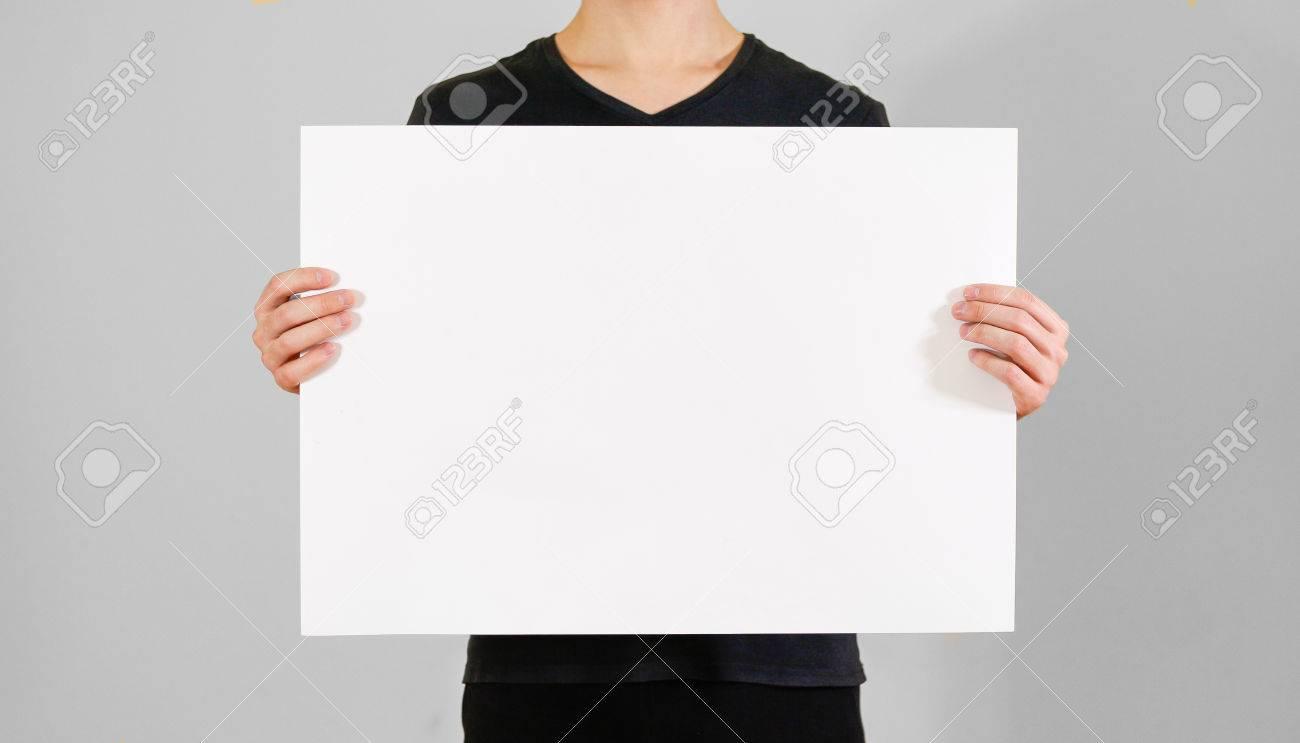 Hombre Que Muestra El Papel Blanco Grande En Blanco A2. Presentación ...