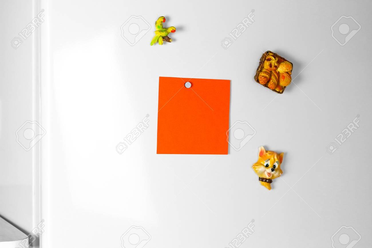 Kühlschrank Aufkleber : Orange reine leere weiße aufkleber auf dem kühlschrank
