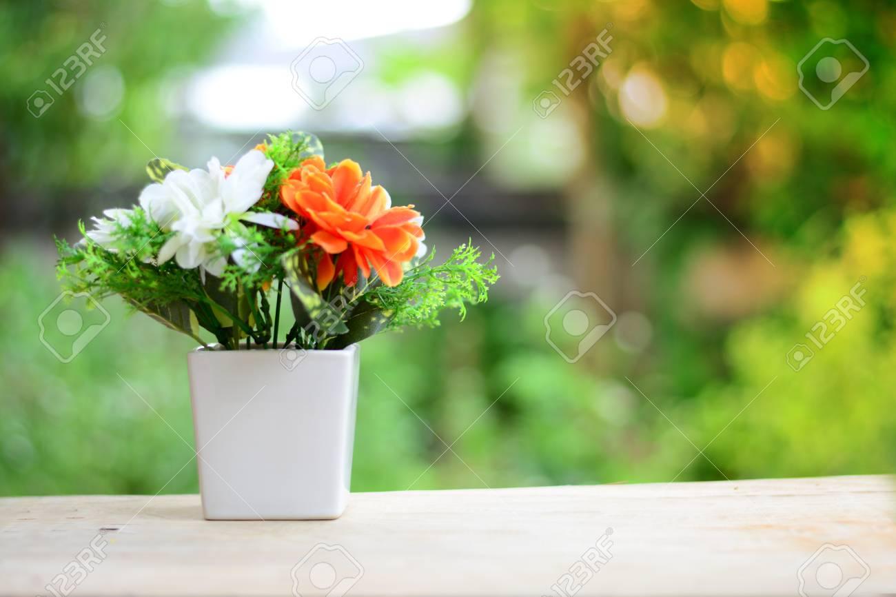 Fiori Bianchi In Vaso.Immagini Stock Un Vaso Bianco Con Fiori Bianchi E Arancioni Sul