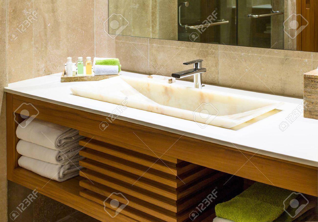 Modern marmor handfat i en toalett eller hotell badrum med ...