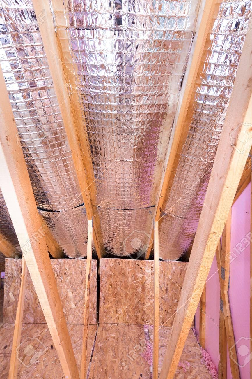 Kontinuierliche Arbeit Der Isolierung Von Dachboden Mit