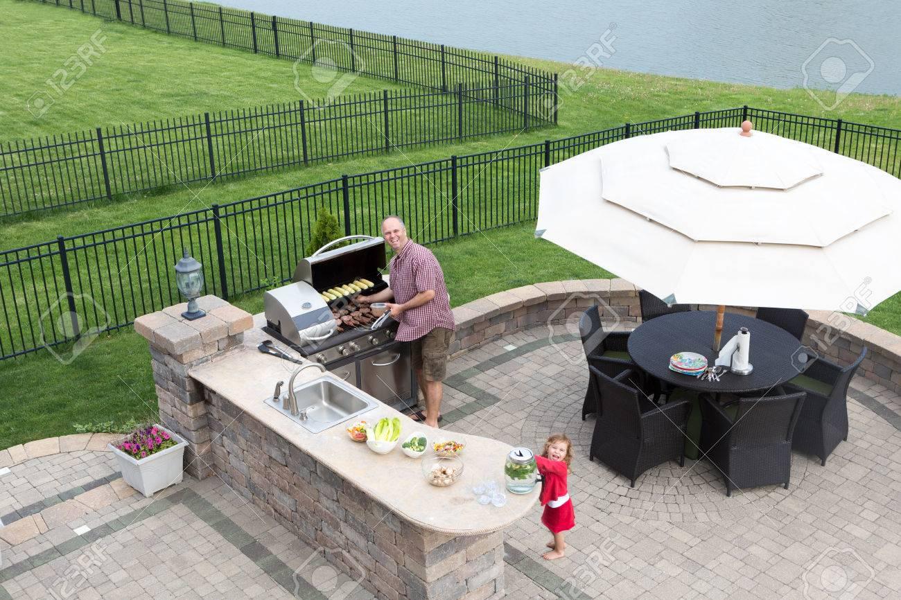 Sommerküche Outdoor : Vater und tochter vorbereitung einen grill zu einem outdoor