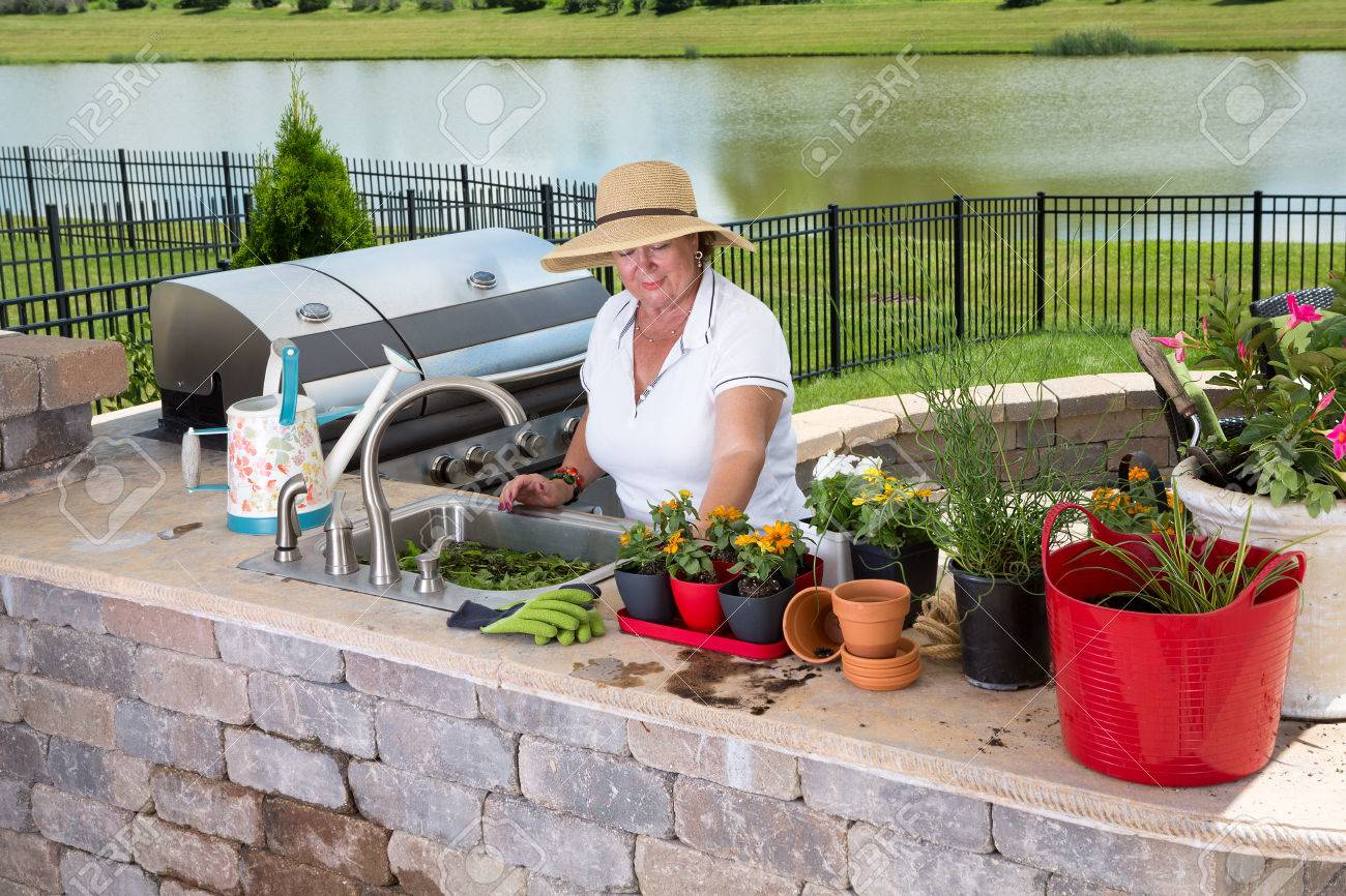 Señora Mayor Que Trabaja En La Cocina De Verano En Un Patio Al Aire ...