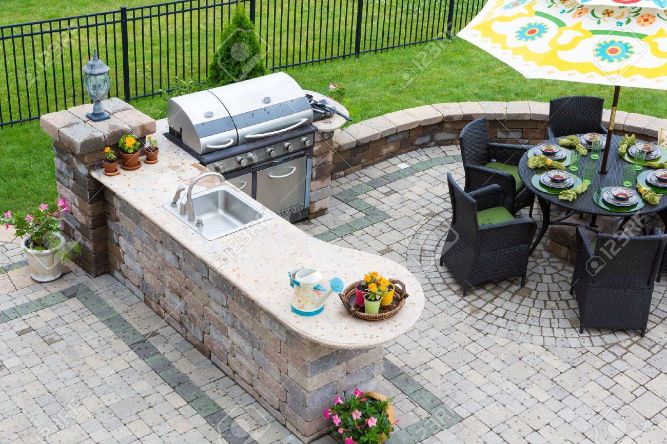 elegante cocina barbacoa de gas y mesa de comedor conjunto al aire libre para entretener