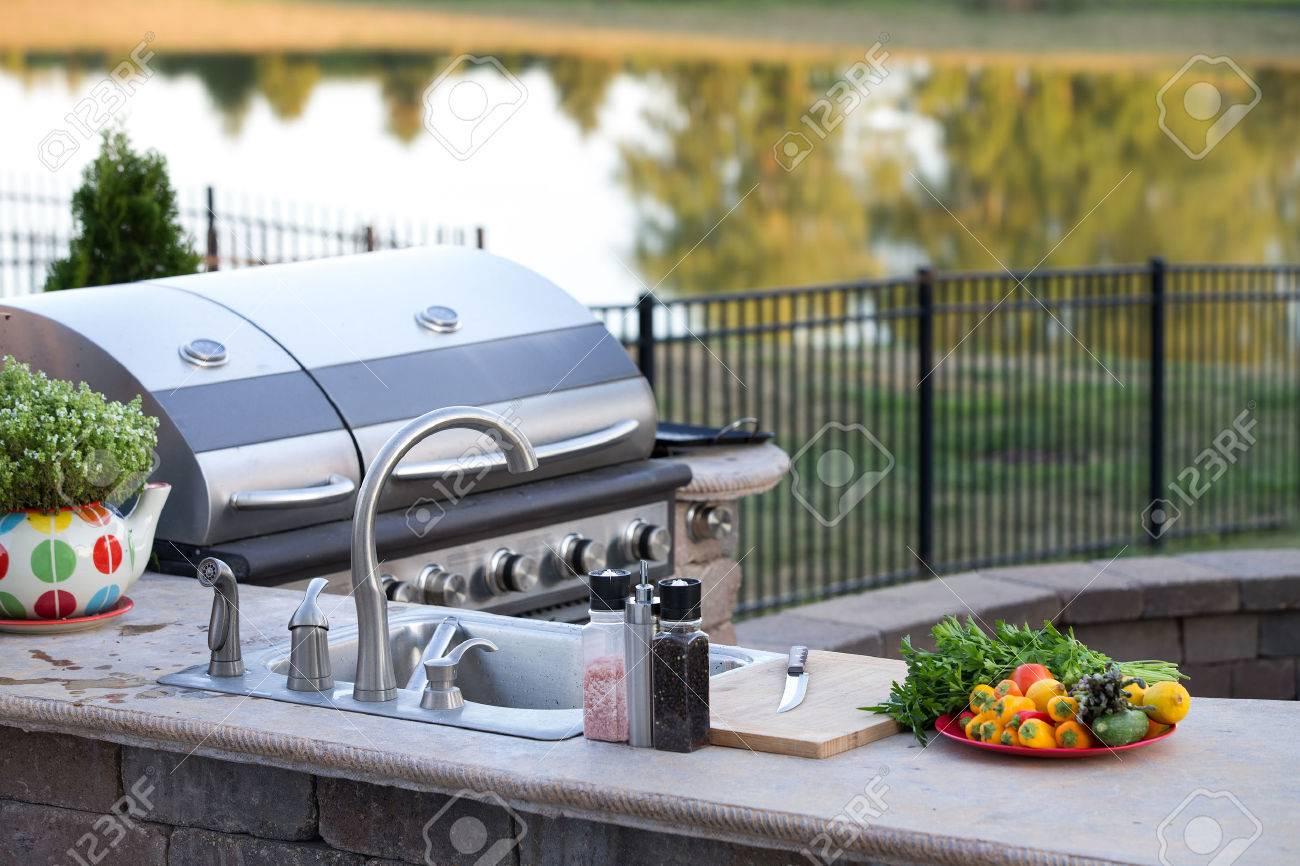 Outdoorküche Mit Gasgrill Qualität : Luxuriöse outdoorküche mit theke aus naturstein und integriertem