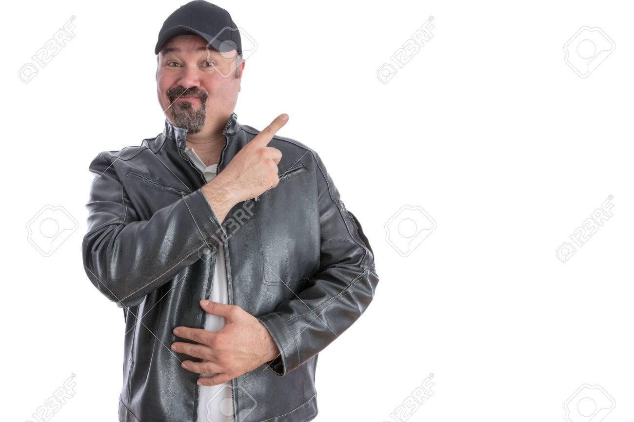 online retailer b3628 f2ac2 Jaunty moda uomo di mezza età con un pizzetto che indossa una giacca di  pelle grigia e cappello che punta a copyspace vuoto per la vostra  pubblicità ...