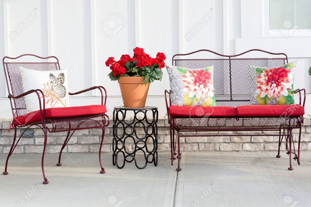 Colorful Wrought Iron Garden Furniture With Vibrant Red Cushions  # Muebles Sunnies