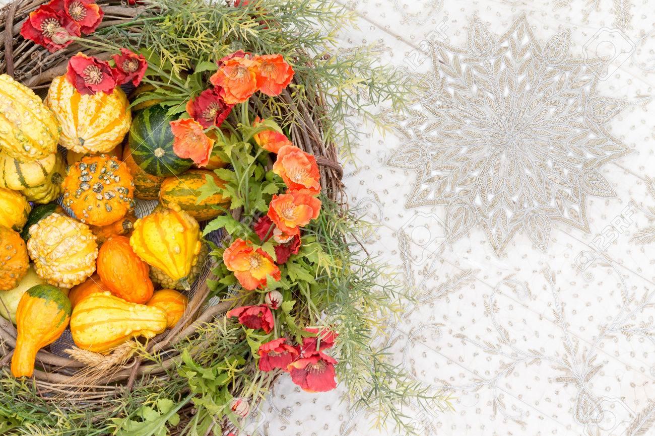 Bunte Herbstmittelstück Mit Zierkürbisse Oder Kürbisse Und Passende ...