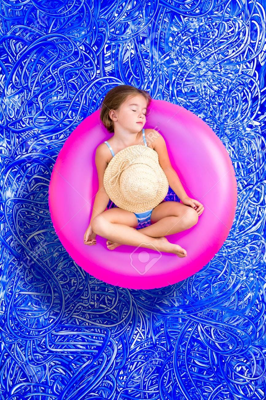 Mientras Color Traje Años La BonitaDe Colorido Se Tubo Tomar Plástico Su Relaja Baño Un Una Rosa Piscina En Y Niña 5 Siesta MVzpqSU
