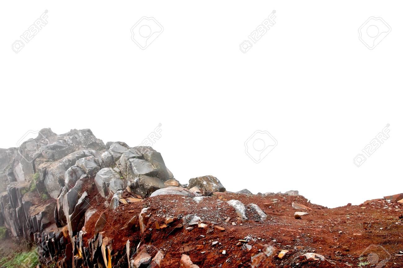 Stenen Muur Wit : Stenen muur mistige bergtop op wit wordt geïsoleerd als basis van
