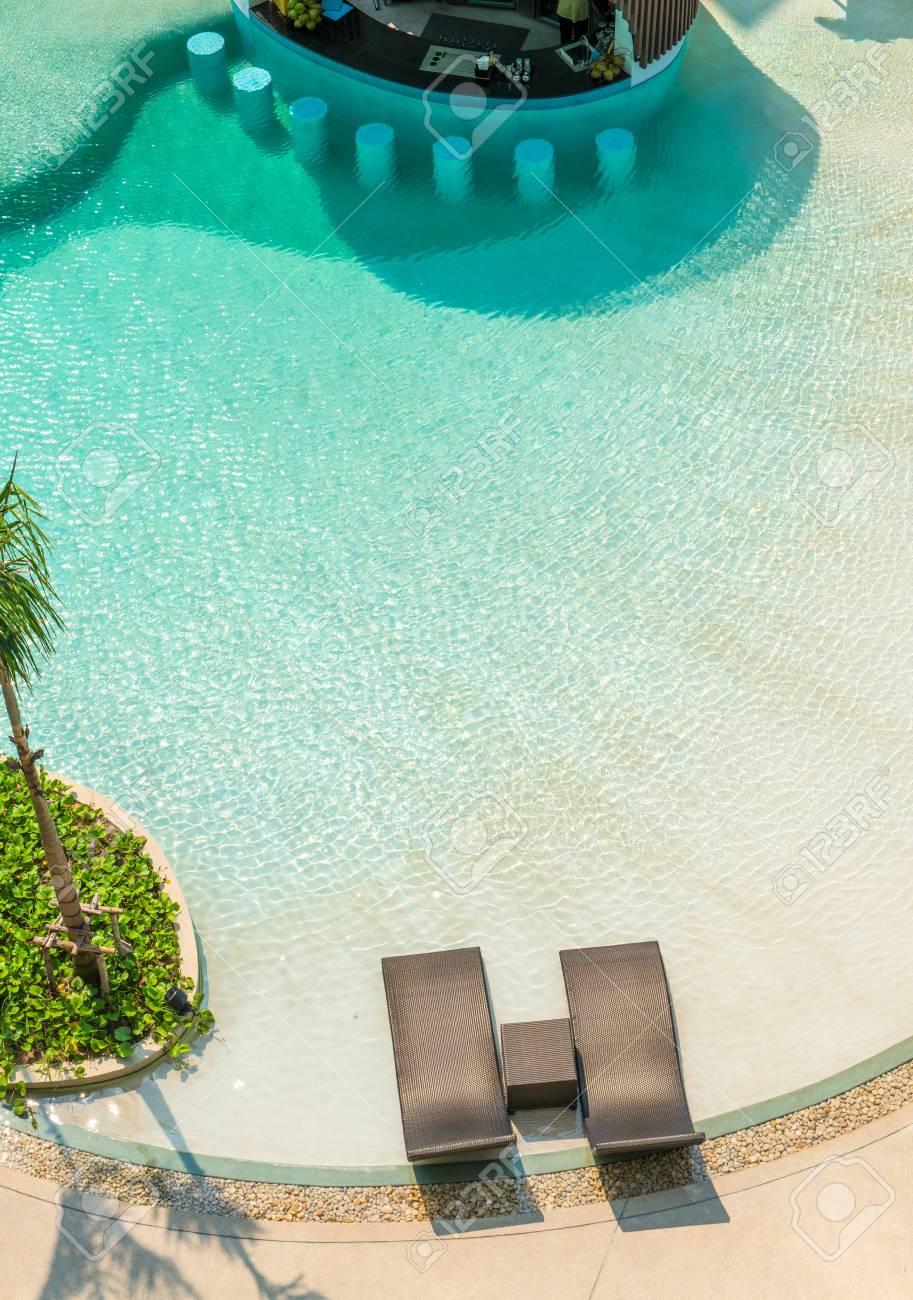 Strandstühle Und The Bar Theke Im Luxus-Swimmingpool Im Tropischen ...