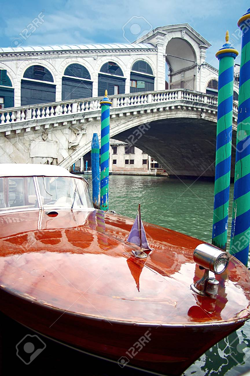 Motorboat and Rialto Bridge Stock Photo - 17284725