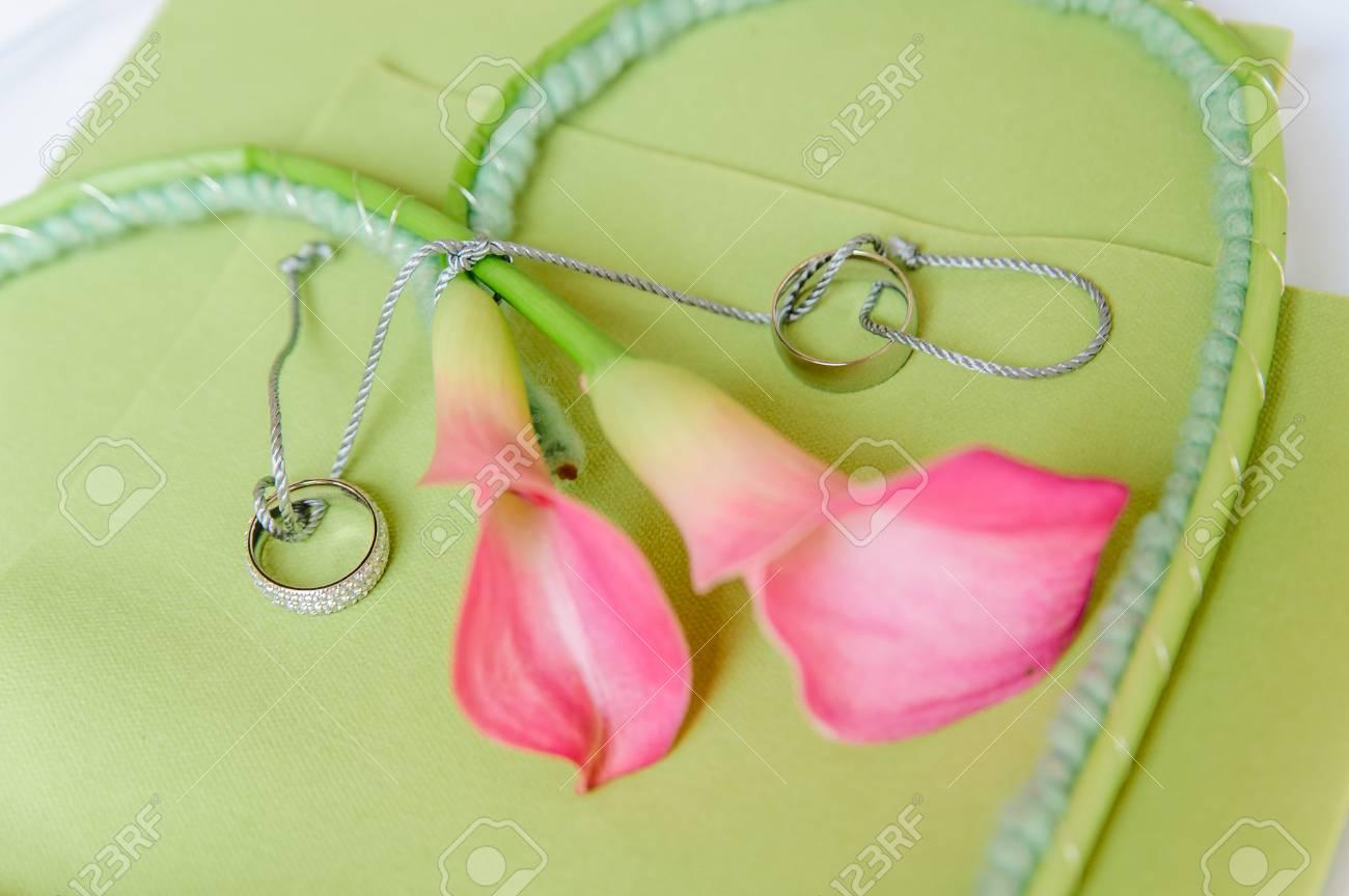 Detailansicht Von Rosa Lilien Mit Hochzeitsringen Lizenzfreie Fotos