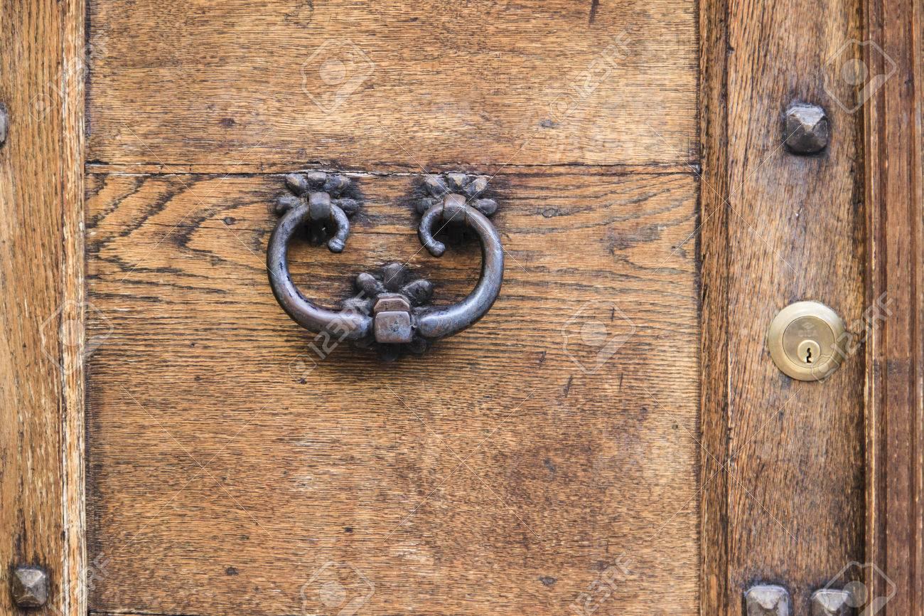 Vieille Porte En Bois Ancienne poignée de porte rouillée ancienne sur le brun vieille porte en bois