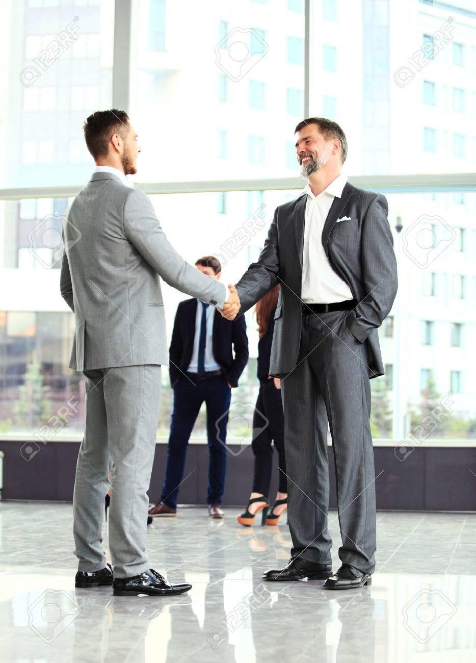 ビジネス握手。2 つのビジネスの男性事務所で商談成立の握手 の写真 ...