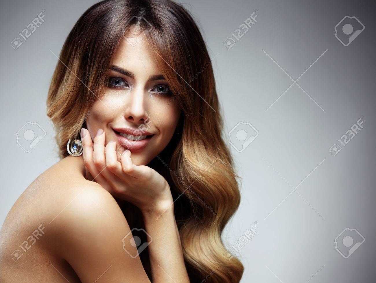 hermosa mujer rubia con el pelo largo sano liso y brillante peinado pelo
