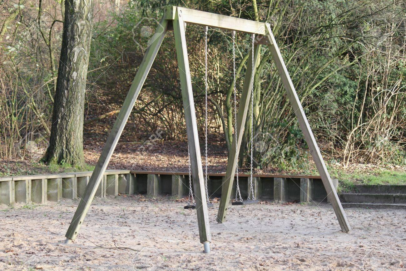 Niños Columpio Con Postes De Madera En Un Parque En Otoño Fotos ...