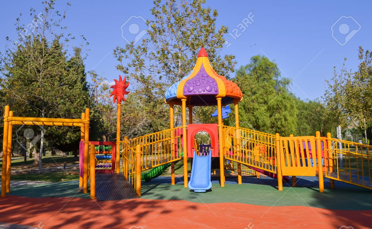 公園の遊び場。カラフルな子供用。 ロイヤリティーフリーフォト
