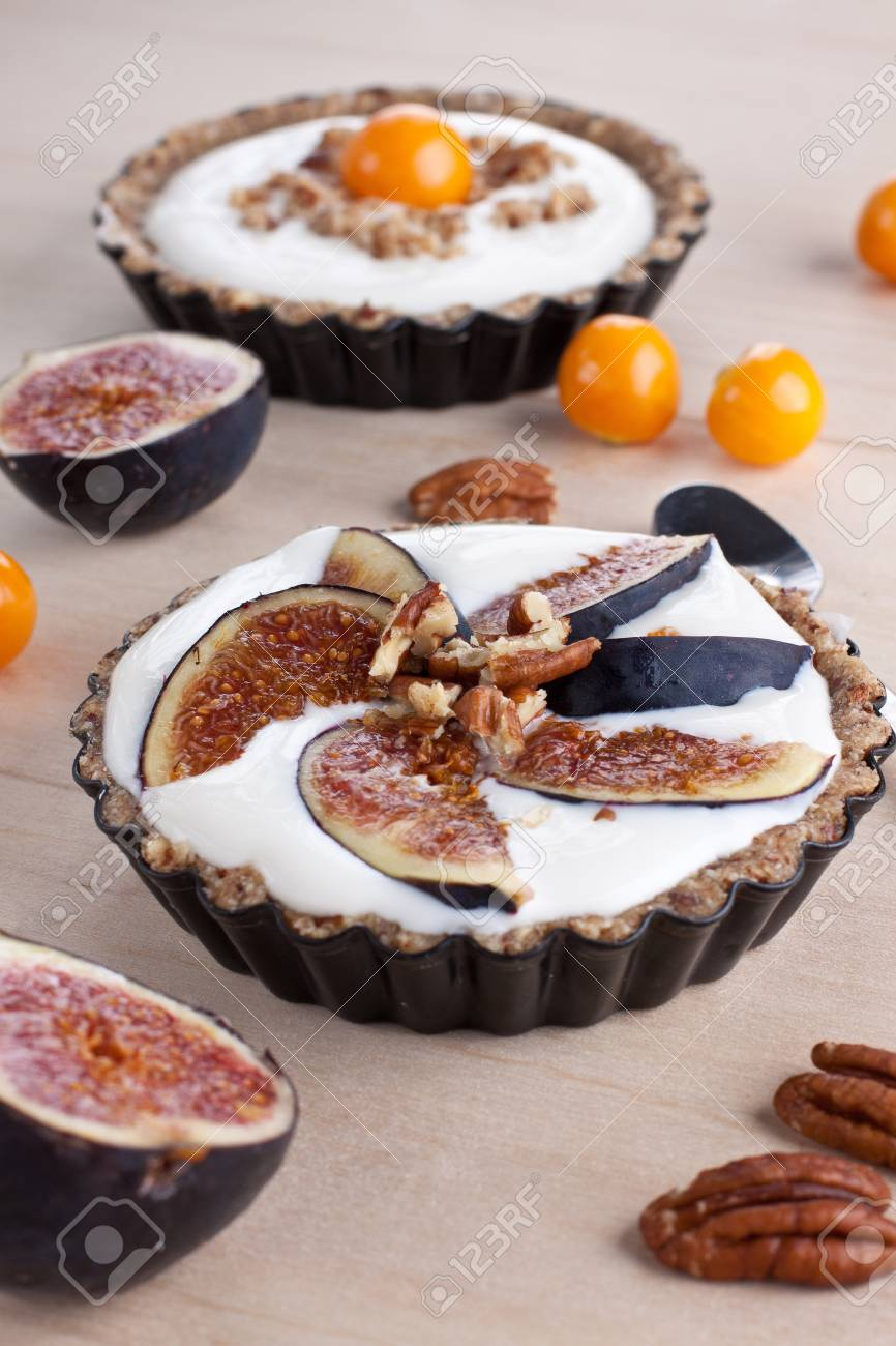Tartlet with cream filling and figs Stock Photo - 15540484