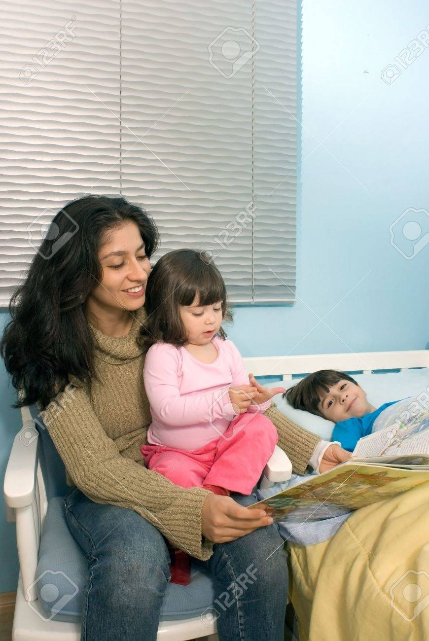Vertikal Gerahmte Schuss Ein Lächelndes Mutter Ein Buch Zu Lesen, Um ...