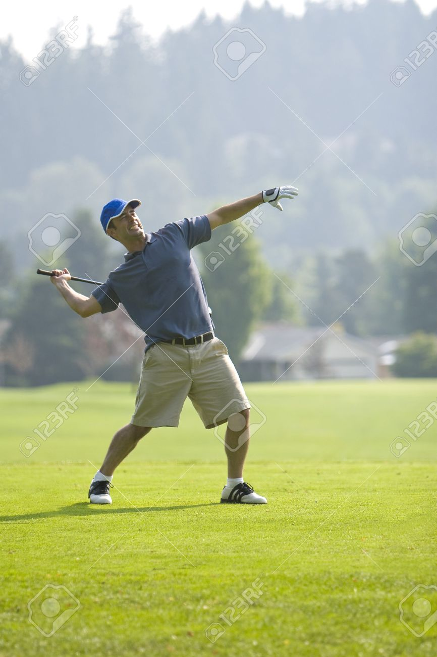 Ein Junger Golfer, Wütend, Vorbereitung Seiner Golf Club Zu Werfen ...