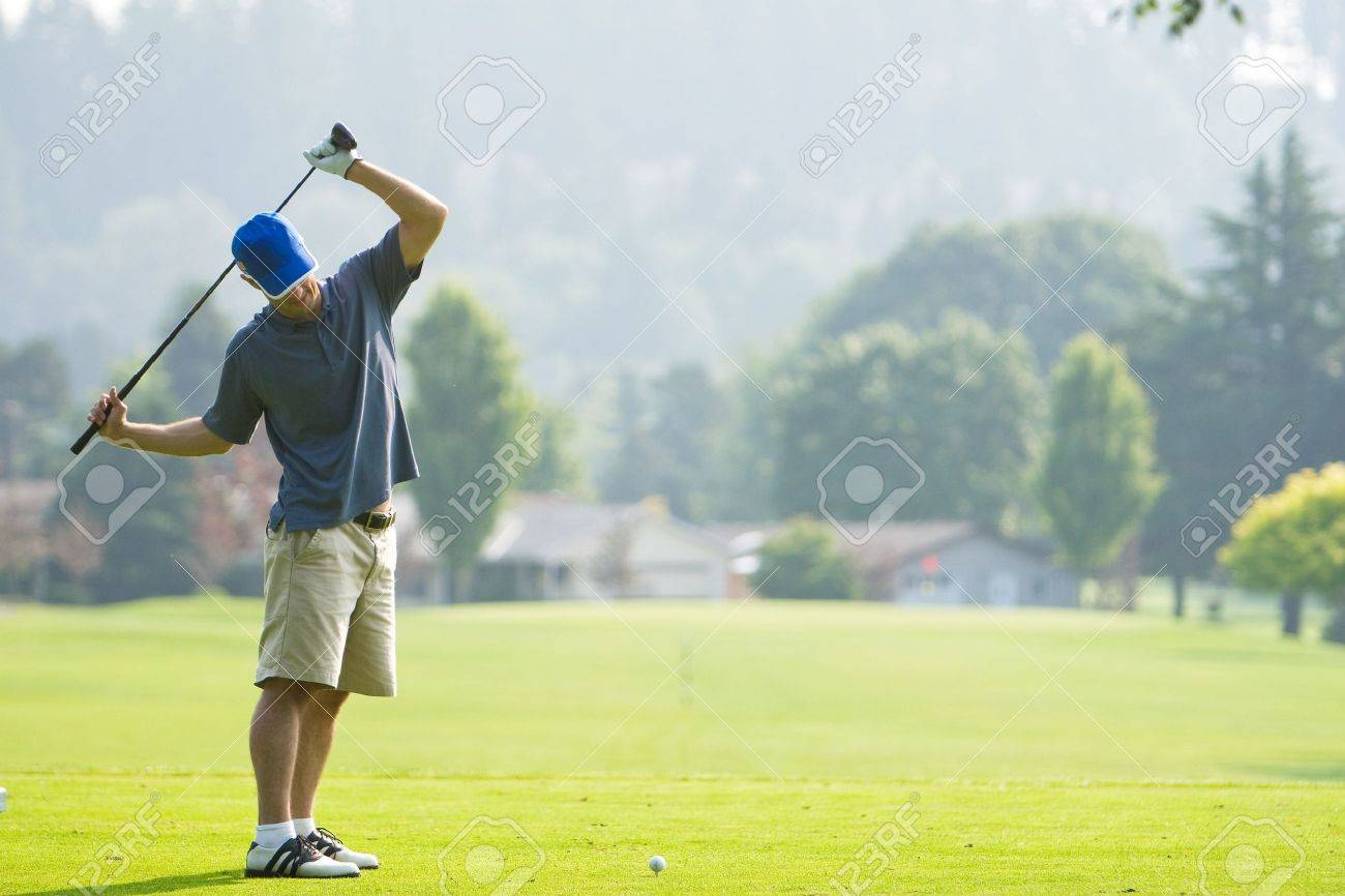 Ein Mann Spielt Golf Auf Einem Golfplatz. Er Ist Mit Seinem Golf ...