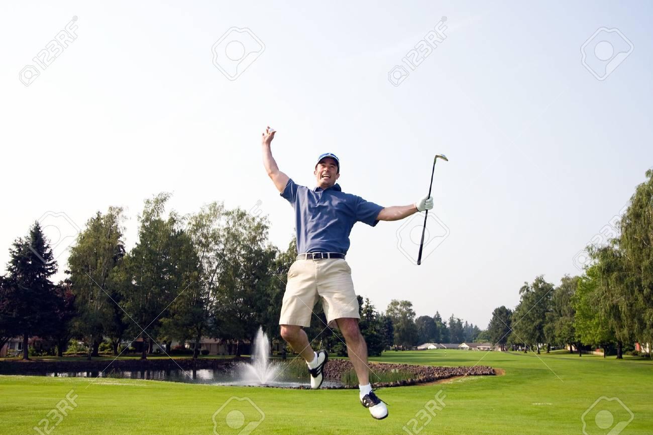 Ein Mann Springt Auf Und Ab Auf Einem Golfplatz. Er Ist Im Besitz ...