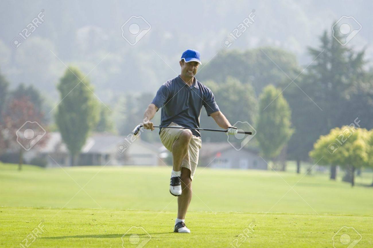 Ein Mann Steht Auf Aa Golfplatz. Er Ist So Zu Tun, Um Den Golf-Club ...