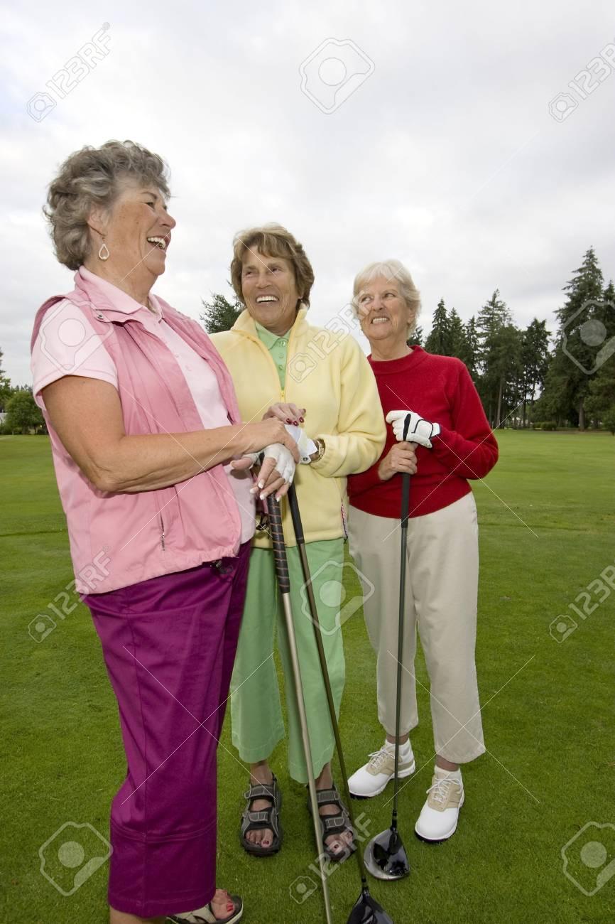 Drei Lachen, ältere Frauen, Die Golf-Clubs. Vertikal Gerahmte Foto ...