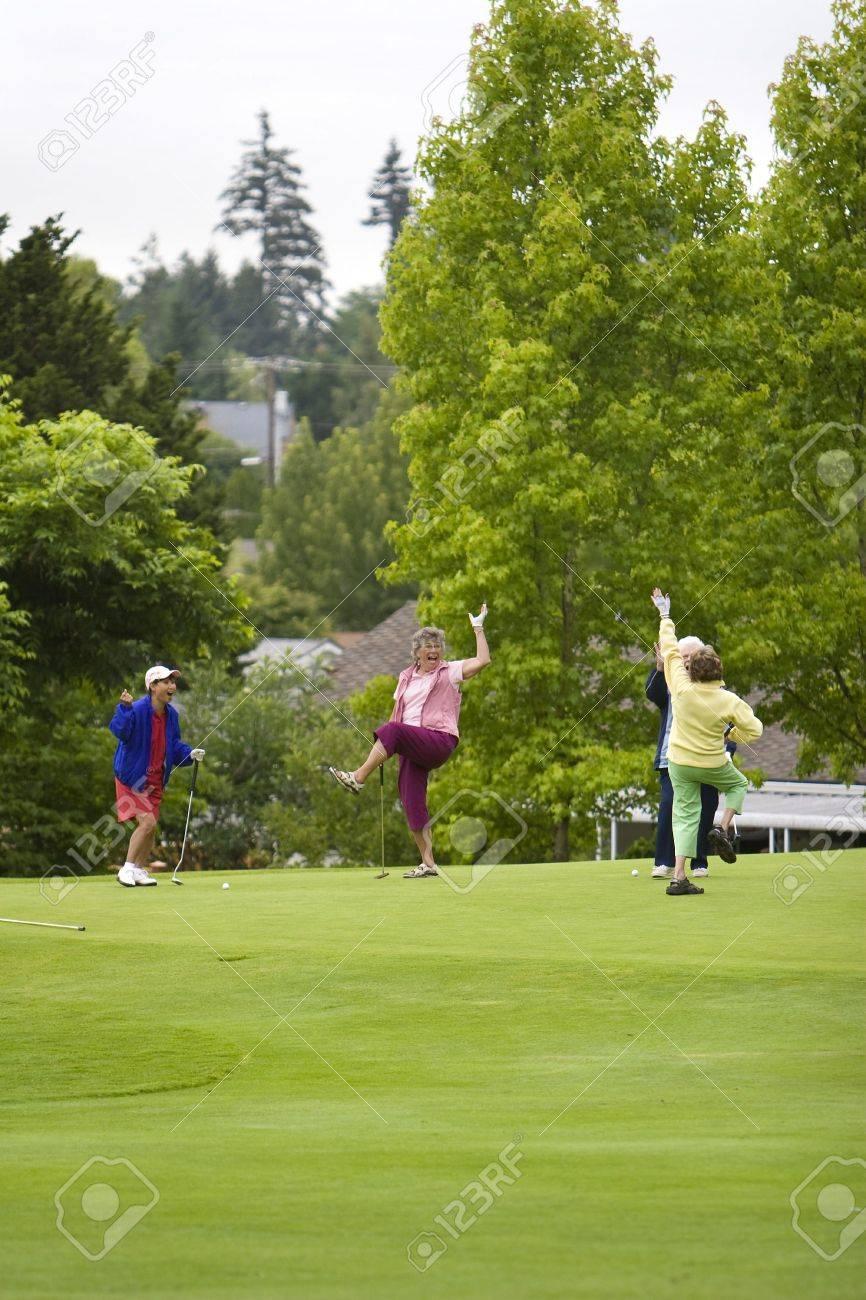 Gruppe Von Vier Frauen Feiern, Während Golf Spielen. Vertikal ...