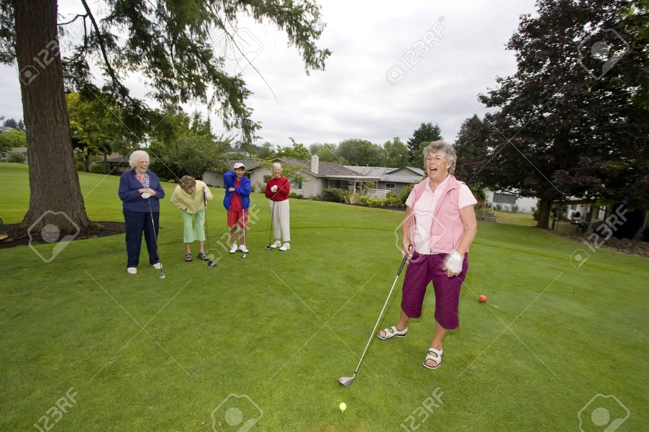 Fünf ältere Frauen Golf Spielen Und Lachen. Horizontal Gerahmte Foto ...