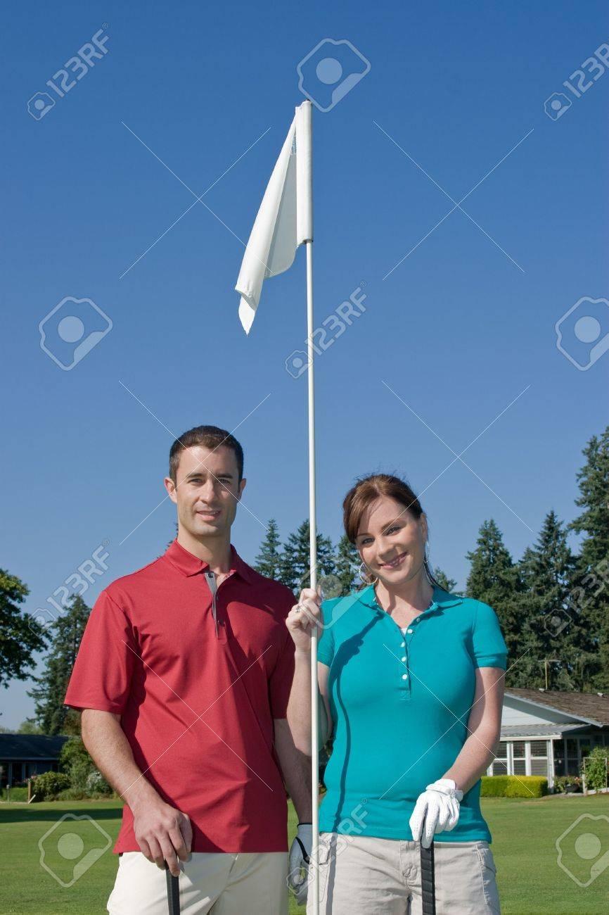 Männliche Und Weibliche Golfer Lächeln Auf Kamera Bei Gedrückter ...