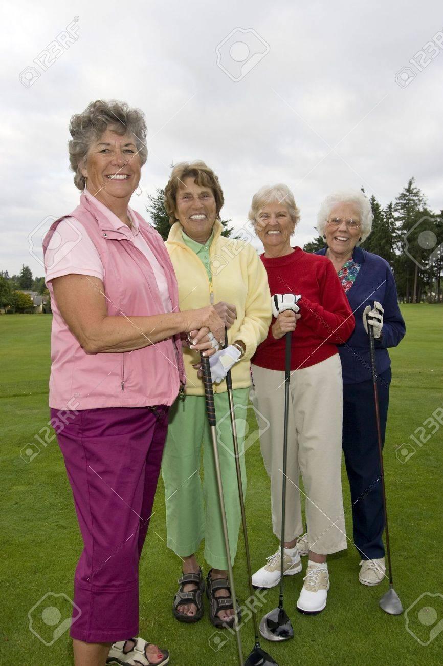 Vier Lächelnd, ältere Frauen, Die Golf-Clubs. Vertikal Gerahmte Foto ...