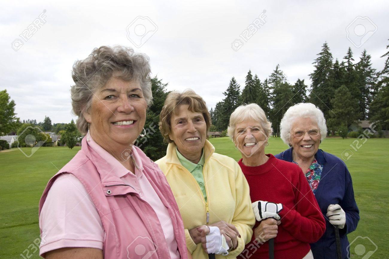 Vier Lächelnde, ältere Frauen, Die Golf-Clubs. Horizontal Gerahmte ...