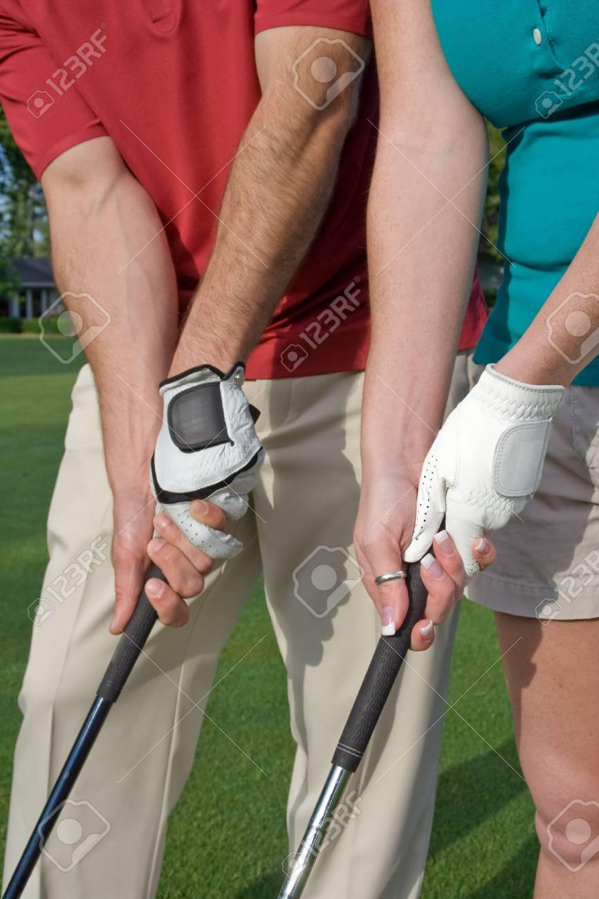 Männliche Und Weibliche Golfer Ihre Praxis Golf Griff. Vertikal ...