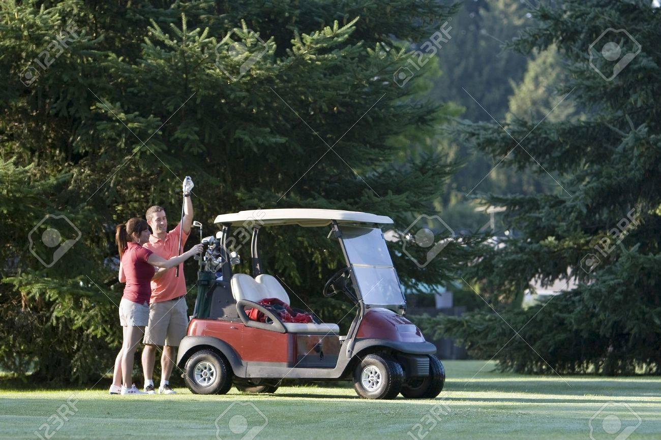 Ein Glückliches Paar Stehend In Der Nähe Ihrer Golf Cart Inspizieren ...