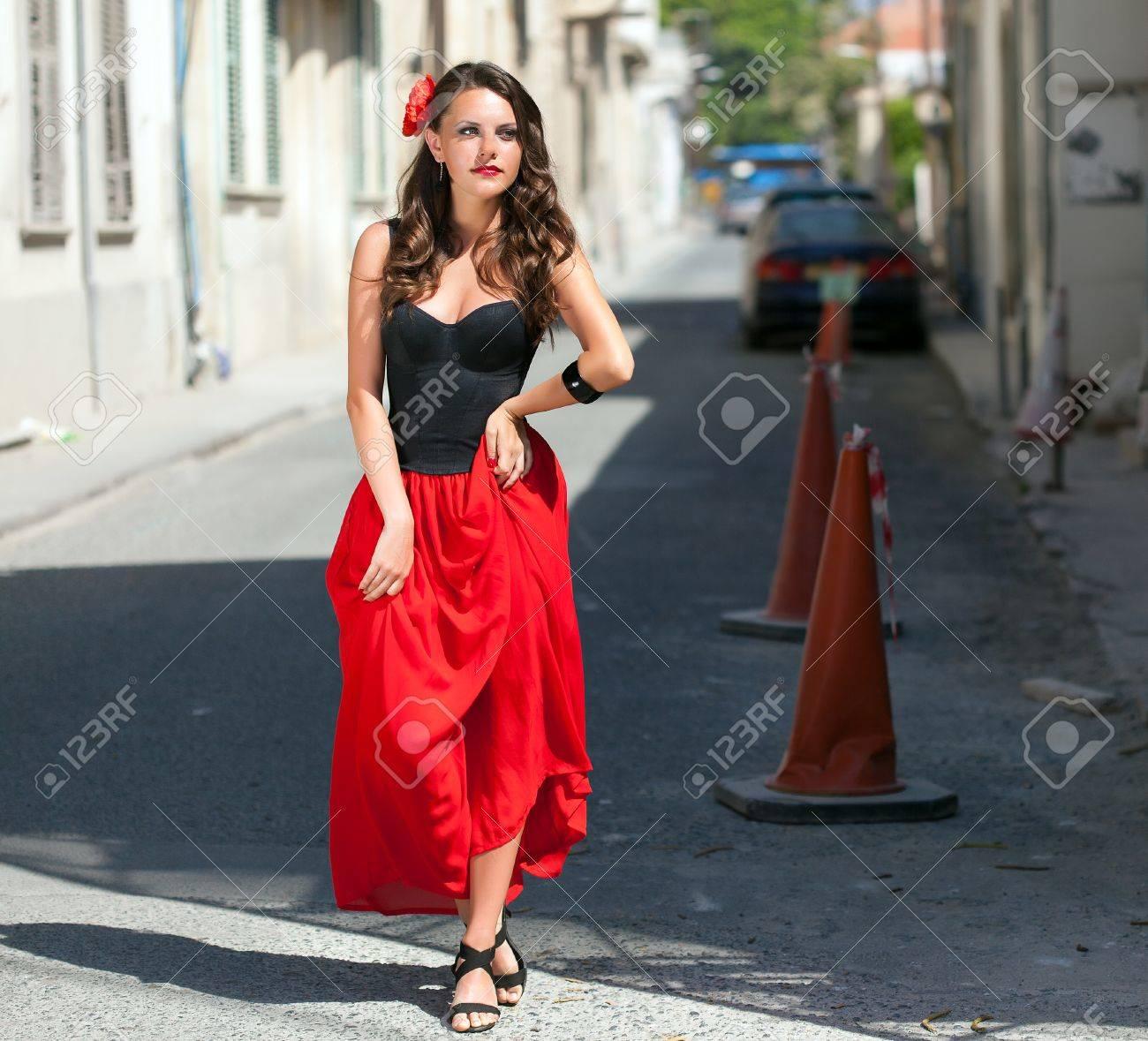 È Abito Posa Immagini Donna Stock Nero Eidhye2w9 Sorridente In Spagnola 0vNOym8nw
