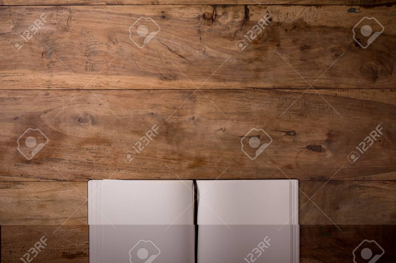 Livre ouvert sur le bureau en bois foncé blanc avec copie espace