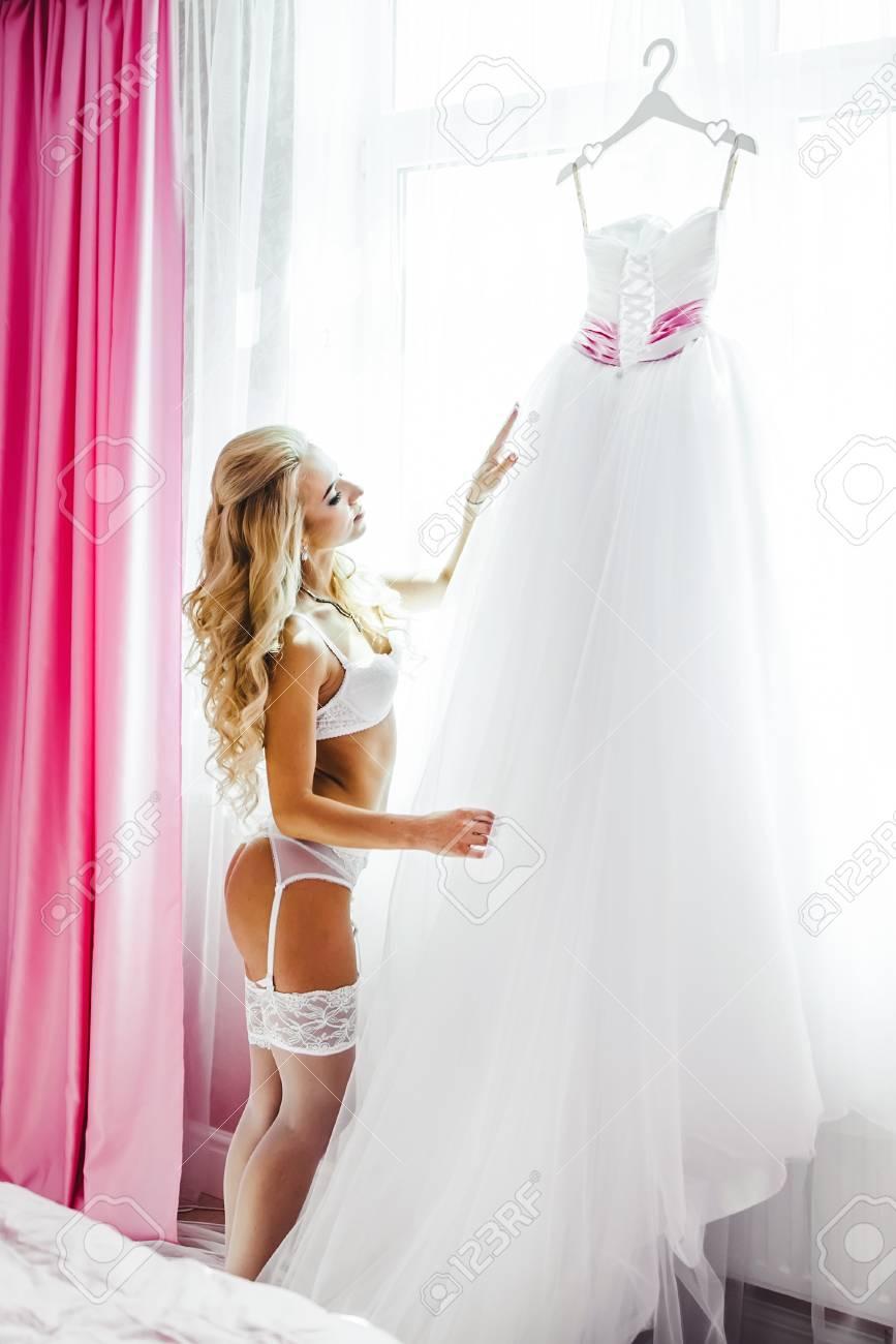estilo popular venta profesional mejor coleccion Hermosa joven novia ropa interior. Últimos preparativos para la boda.  Mañana, la novia.