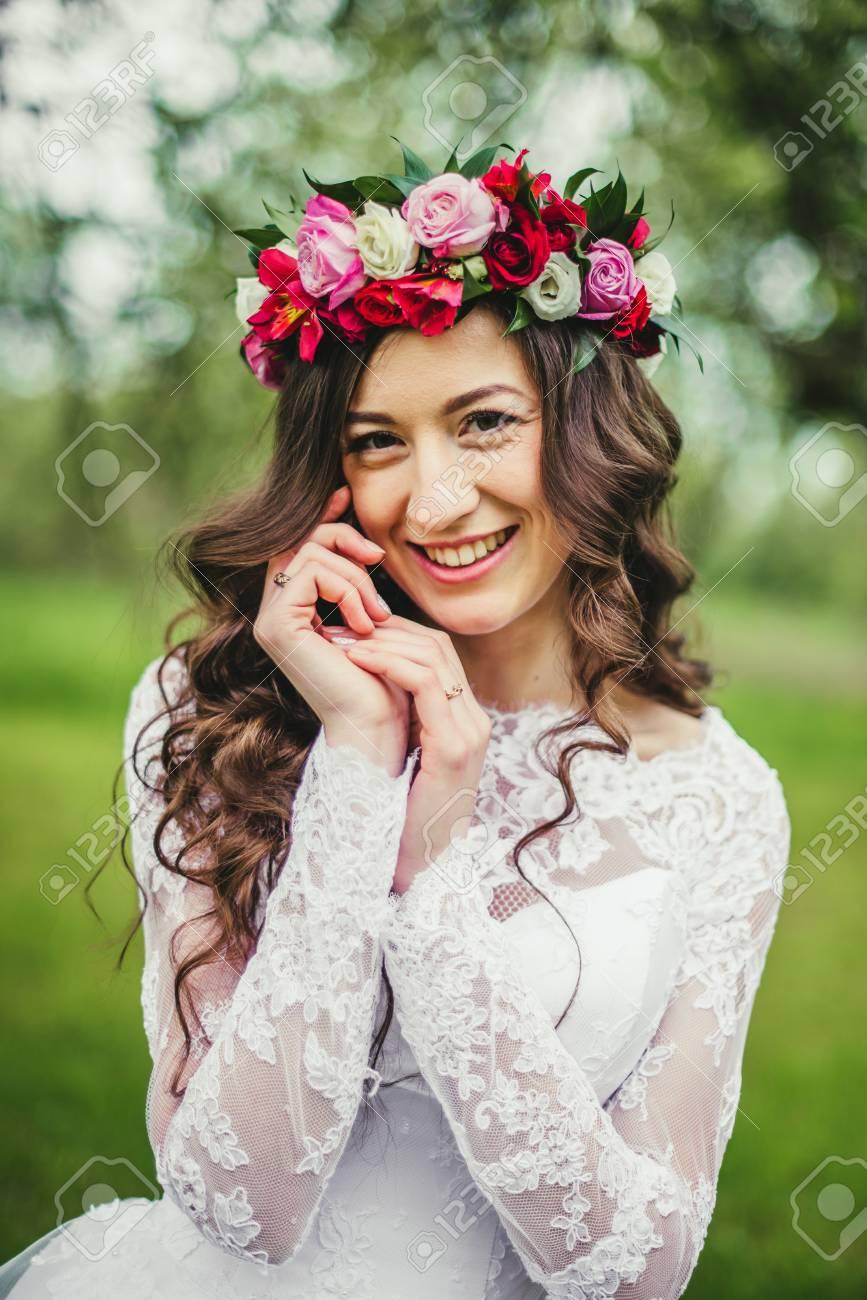 Hochzeit. Junge Schöne Braut Im Weißen Kleid Und Im Kranz, Die Am ...