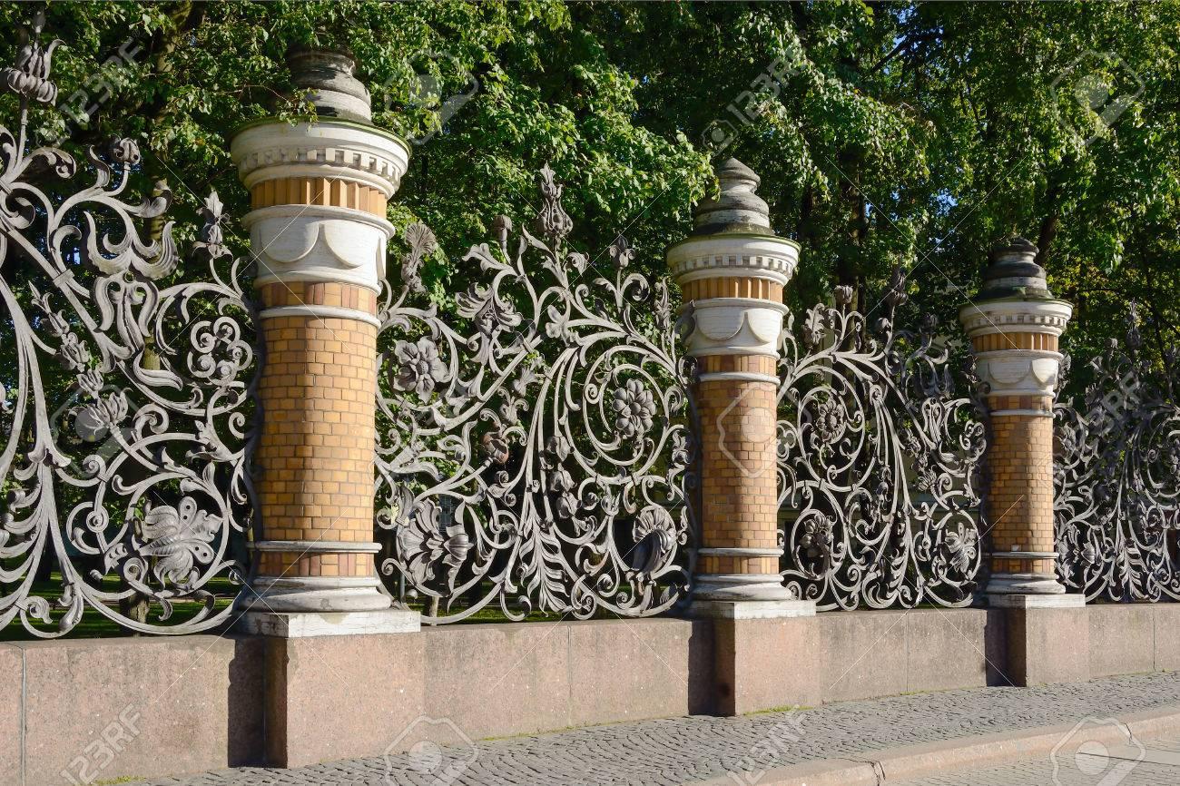 St. Petersburg, clôture de jardin Mikhailovsky avec une grille en fer forgé  dans le style Art nouveau